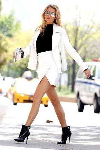 Casa una chaqueta motera de cuero blanca con una minifalda para lidiar sin esfuerzo con lo que sea que te traiga el día. Agrega botines de cuero negros a tu apariencia para un mejor estilo al instante.
