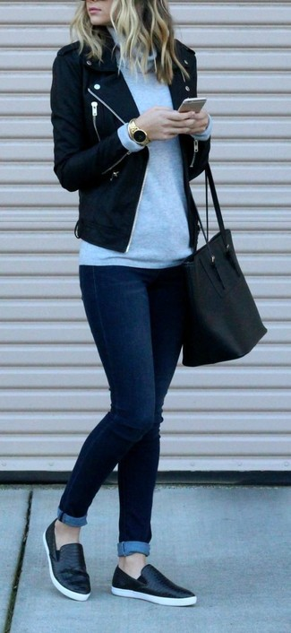 Elige una chaqueta motera de lana negra y unos vaqueros pitillo azul marino para lidiar sin esfuerzo con lo que sea que te traiga el día. ¿Por qué no añadir zapatillas slip-on de cuero negras a la combinación para dar una sensación más relajada?