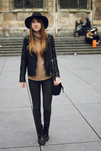 Este combo de una chaqueta motera de cuero negra y unos vaqueros pitillo negros te permitirá mantener un estilo cuando no estés trabajando limpio y simple. Dale onda a tu ropa con botines de cuero negros.