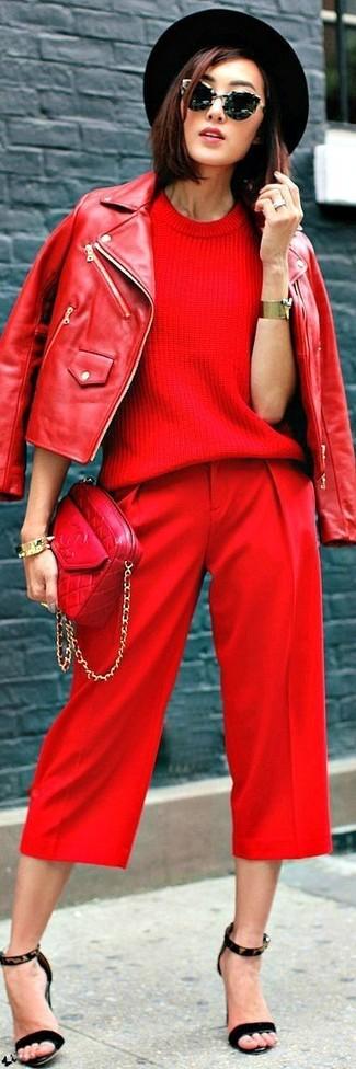 Cómo combinar: chaqueta motera de cuero roja, jersey de manga corta rojo, pantalón capri rojo, sandalias de tacón de ante de leopardo negras