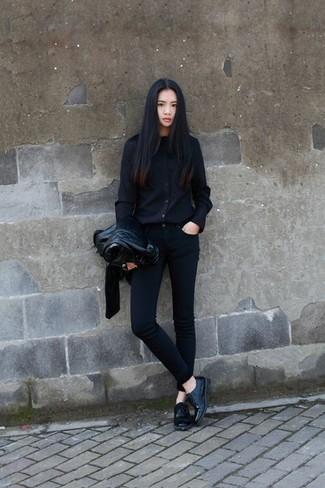 Casa una chaqueta motera de cuero negra con unos vaqueros pitillo negros para conseguir una apariencia relajada pero chic. ¿Por qué no ponerse zapatos oxford de cuero negros a la combinación para dar una sensación más clásica?