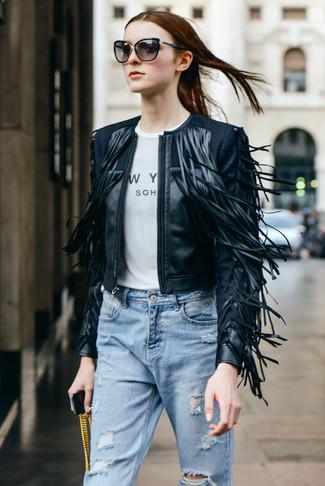 Si eres el tipo de chica de jeans y camiseta, te va a gustar la combinación de una chaqueta motera de cuero сon flecos negra y unos vaqueros boyfriend desgastados celestes.