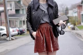 Si eres el tipo de chica de jeans y camiseta, te va a gustar la combinación de una camiseta con cuello circular y una falda skater de terciopelo burdeos.