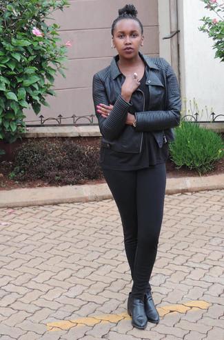 Look de moda: Chaqueta motera de cuero negra, Camiseta con cuello circular negra, Leggings negros, Botines de cuero negros