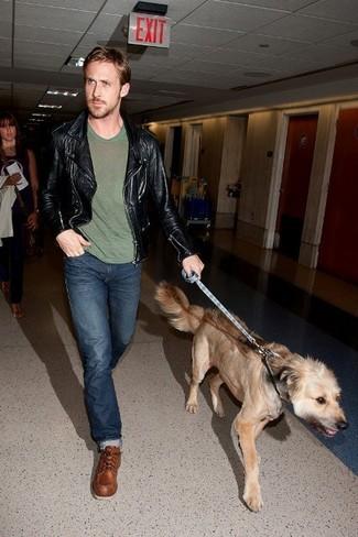 Look de Ryan Gosling: Chaqueta Motera de Cuero Negra, Camiseta con Cuello Circular Verde Oliva, Vaqueros Azul Marino, Botas de Trabajo de Cuero Marrónes