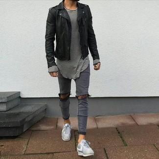 Cómo combinar: chaqueta motera de cuero negra, camiseta de manga larga de rayas horizontales en blanco y negro, vaqueros pitillo desgastados grises, tenis grises