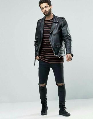 Cómo combinar: chaqueta motera de cuero negra, jersey con cuello circular de rayas horizontales en rojo y negro, vaqueros pitillo desgastados negros, zapatillas altas de ante negras