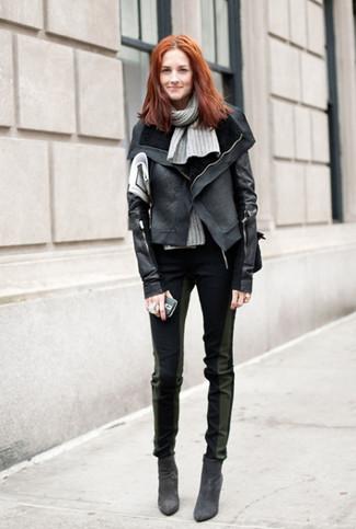 Muestra tu lado lúdico con una chaqueta motera de cuero negra y una bufanda de punto gris de mujeres de Fendi. ¿Te sientes ingenioso? Dale el toque final a tu atuendo con botines de ante negros.