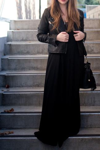Cómo combinar: chaqueta motera de cuero negra, vestido largo negro, mochila con cordón de ante negra, colgante dorado