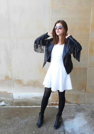 Para crear una apariencia para un almuerzo con amigos en el fin de semana casa una chaqueta motera de cuero сon flecos negra de mujeres de P.A.R.O.S.H. junto a un vestido skater blanco. Luce este conjunto con botines de cuero negros.