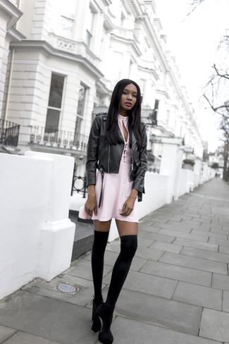 Cómo combinar: chaqueta motera de cuero negra, vestido skater rosado, zapatos de tacón de ante negros, calcetines hasta la rodilla negros