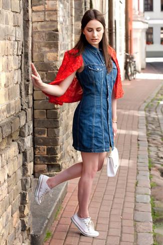 Vestido azul con chaqueta roja