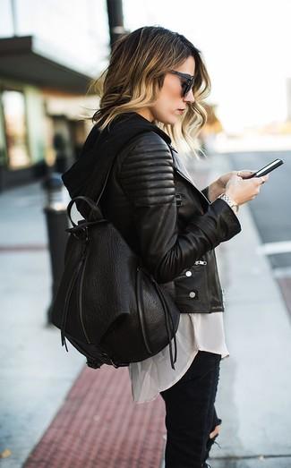 Elige una chaqueta motera de cuero acolchada negra y unos vaqueros pitillo desgastados negros para cualquier sorpresa que haya en el día.