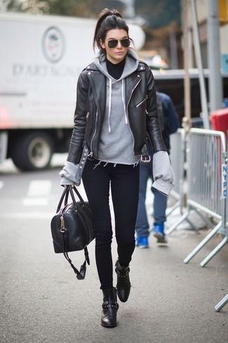 Emparejar una chaqueta motera de cuero negra y unos vaqueros pitillo negros es una opción cómoda para hacer diligencias en la ciudad. ¿Te sientes ingenioso? Dale el toque final a tu atuendo con botines de cuero negros.