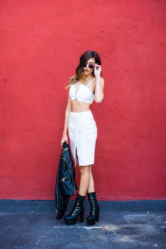 Una chaqueta motera de cuero negra y una falda lápiz blanca son el combo perfecto para llamar la atención por una buena razón. Botines con cordones de cuero gruesos negros añaden un toque de personalidad al look.
