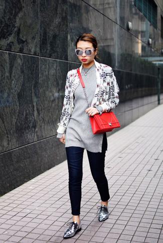 Para seguir las tendencias usa una chaqueta motera estampada en blanco y negro y unos vaqueros pitillo azul marino. ¿Te sientes ingenioso? Dale el toque final a tu atuendo con zapatos oxford de cuero plateados de Stella McCartney.