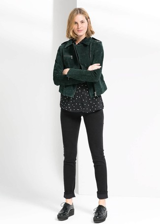 Opta por una chaqueta motera de ante verde oscuro y unos vaqueros pitillo negros para conseguir una apariencia relajada pero chic. ¿Te sientes valiente? Completa tu atuendo con zapatos oxford de cuero gruesos negros.