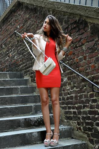 Cómo combinar: chaqueta motera de cuero en beige, vestido ajustado rojo, sandalias de tacón de cuero en beige, bolso bandolera de cuero en beige