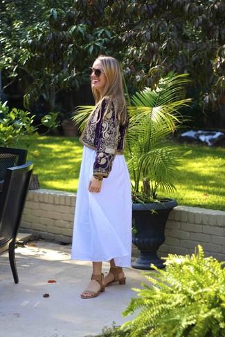 Cómo combinar: chaqueta motera bordada morado, vestido largo blanco, sandalias de tacón de cuero marrón claro, gafas de sol en marrón y dorado