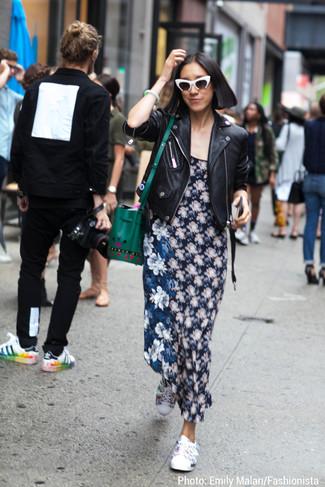Para un atuendo que esté lleno de caracter y personalidad haz de una chaqueta motera de cuero negra y un vestido largo de flores azul marino tu atuendo. Este atuendo se complementa perfectamente con tenis con print de flores blancos.