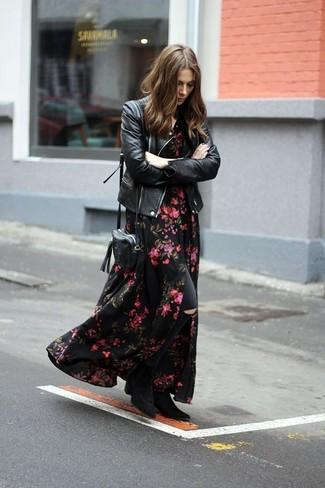 Este combinación de una chaqueta motera de cuero negra y unos vaqueros pitillo desgastados negros te da una onda muy informal y accesible. Elige un par de botines de ante negros para destacar tu lado más sensual.