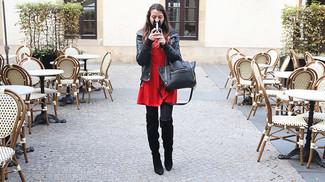 Cómo combinar: chaqueta motera de cuero negra, vestido skater rojo, botas sobre la rodilla de ante negras, bolsa tote de cuero negra