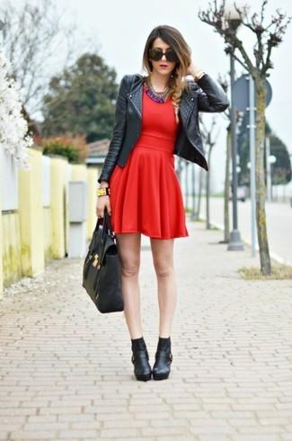 Cómo combinar: chaqueta motera de cuero negra, vestido skater rojo, botines de cuero negros, bolsa tote de cuero negra