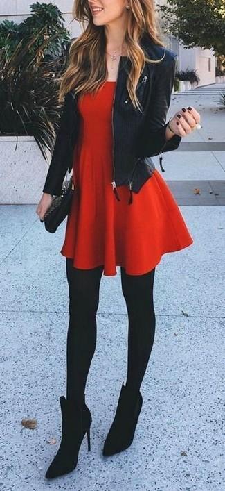 Cómo combinar: chaqueta motera de cuero negra, vestido skater rojo, botines de ante negros, cartera sobre de cuero negra