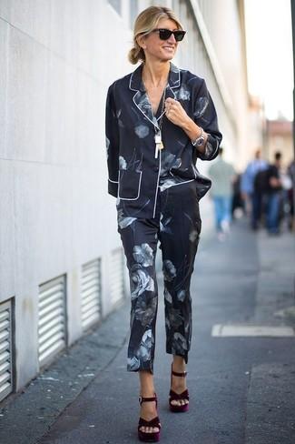 Look de moda: Chaqueta de seda con print de flores negra, Pantalón de vestir de seda con print de flores negro, Sandalias de tacón de terciopelo burdeos, Gafas de sol negras