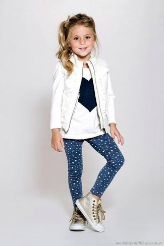 Cómo combinar: chaqueta sin mangas blanca, camiseta de manga larga estampada blanca, leggings de estrellas azul marino, zapatillas doradas
