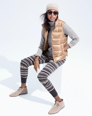 Una chaqueta sin mangas marrón claro y unos leggings de grecas alpinos gris oscuro son tu atuendo para salir los días de descanso. Con el calzado, sé más clásico y opta por un par de botas safari.