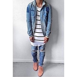 Cómo combinar: chaqueta vaquera azul, camiseta de manga larga de rayas horizontales en blanco y negro, vaqueros pitillo desgastados azules, zapatillas altas rosadas