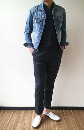 Cómo combinar: chaqueta vaquera azul, camiseta henley negra, pantalón chino negro, mocasín de cuero blanco