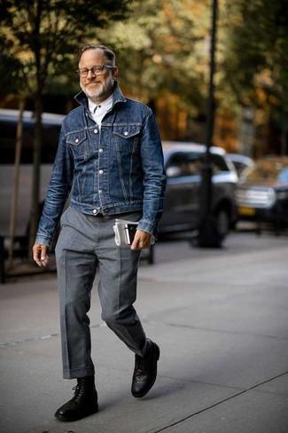 Cómo combinar: chaqueta vaquera azul marino, camisa de manga larga blanca, pantalón de vestir de lana gris, botas brogue de cuero negras
