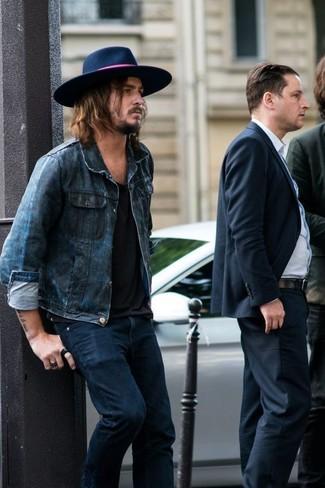 Cómo combinar: chaqueta vaquera azul marino, camiseta con cuello circular negra, vaqueros azul marino, sombrero de lana azul marino