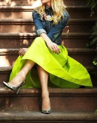 Los días ocupados exigen un atuendo simple aunque elegante, como una ropa de abrigo azul marino y una falda midi en amarillo verdoso. Zapatos de tacón de cuero plateados dan un toque chic al instante incluso al look más informal.