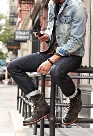 Elige una chaqueta vaquera y unos vaqueros negros para una apariencia fácil de vestir para todos los días. Activa tu modo fiera sartorial y haz de botas casual de cuero marrón oscuro tu calzado.