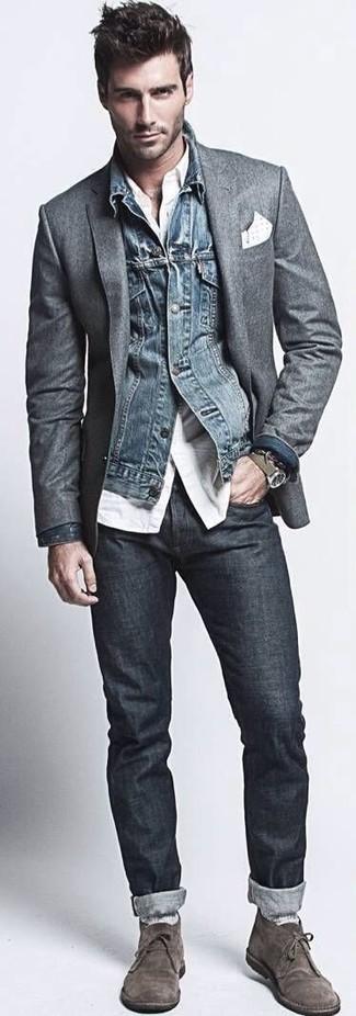 Cómo combinar: chaqueta vaquera azul marino, blazer de lana en gris oscuro, camisa de manga larga blanca, vaqueros pitillo azul marino