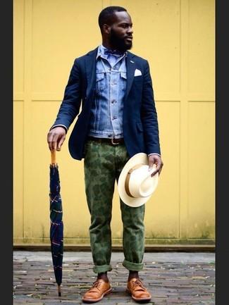 Destaca entre otros civiles elegantes con un blazer de lana azul marino de hombres de Ermenegildo Zegna y un pantalón chino de camuflaje verde oliva. Dale onda a tu ropa con zapatos derby de cuero marrón claro.