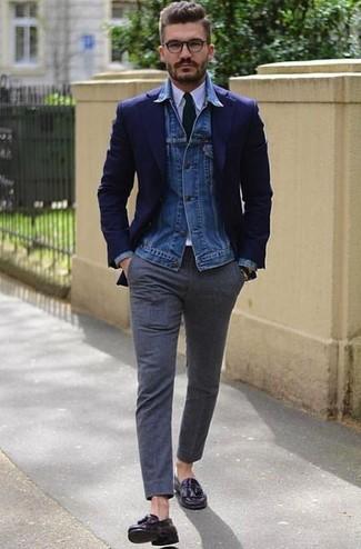 Cómo combinar: chaqueta vaquera azul, blazer azul marino, camisa de vestir blanca, pantalón de vestir de lana en gris oscuro