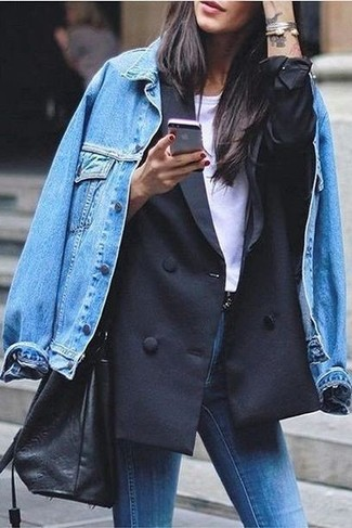 Cómo combinar: chaqueta vaquera azul, blazer cruzado negro, camiseta con cuello circular blanca, vaqueros pitillo azules