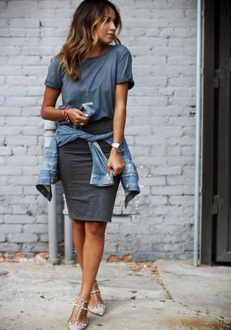 Para seguir las tendencias usa una chaqueta vaquera azul y una falda lápiz gris oscuro. Zapatos de tacón de cuero grises añaden la elegancia necesaria ya que, de otra forma, es un look simple.