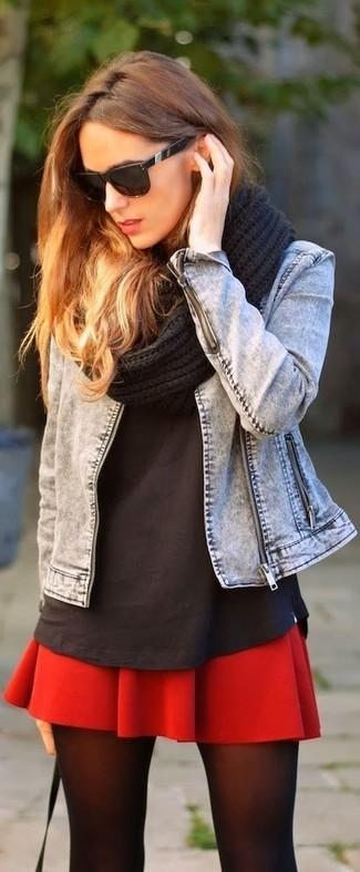 Cómo combinar: chaqueta vaquera gris, camiseta con cuello circular negra, falda skater roja, bufanda de punto negra