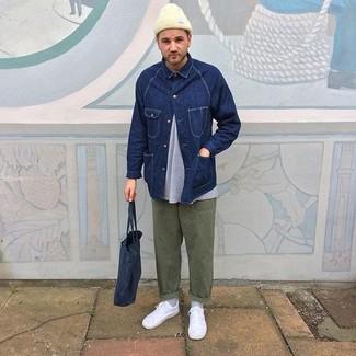 Cómo combinar: chaqueta vaquera azul marino, camiseta con cuello circular gris, pantalón chino verde oliva, tenis blancos