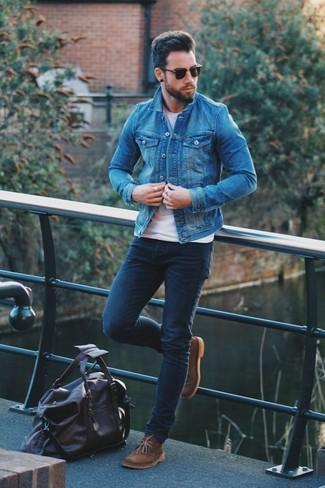 Cómo combinar: chaqueta vaquera azul, camiseta con cuello circular blanca, vaqueros pitillo azul marino, botas safari de ante marrónes