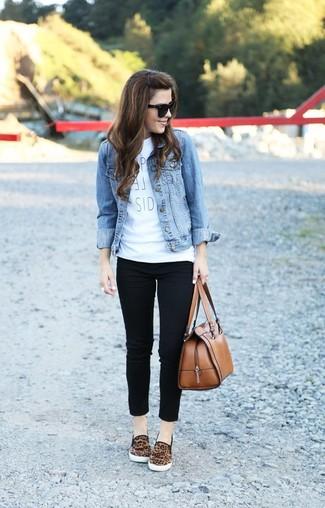 Look de moda: Chaqueta Vaquera Celeste, Camiseta con Cuello Circular Estampada Blanca, Vaqueros Pitillo Negros, Zapatillas Slip-on de Leopardo Marrónes