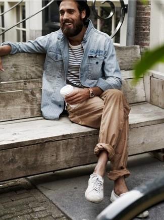Cómo combinar: chaqueta vaquera gris, camiseta de manga larga de rayas horizontales en blanco y negro, pantalón chino marrón claro, tenis blancos