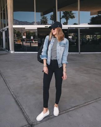Los días ocupados exigen un atuendo simple aunque elegante, como una chaqueta vaquera celeste de Mavi Jeans y unos vaqueros pitillo negros. Completa el look con zapatillas slip-on blancas.