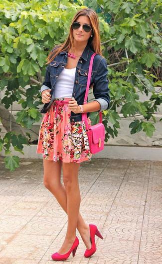 Si eres el tipo de chica de jeans y camiseta, te va a gustar la combinación de una chaqueta vaquera azul marino y una falda skater de flores rosada. Dale onda a tu ropa con zapatos de tacón de cuero rosa.