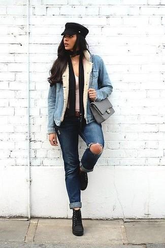 Una chaqueta vaquera celeste de mujeres de Mavi Jeans y unos vaqueros desgastados azul marino son una opción grandiosa para el fin de semana. ¿Por qué no ponerse botines con cordones de ante negros a la combinación para dar una sensación más clásica?